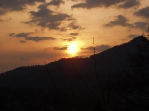 Apsu de soare printre nori
